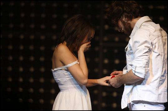 Navlékl jí zásnubní prsten z bílého zlata.