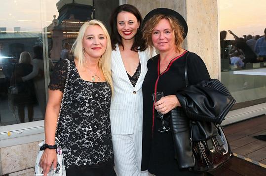 Do klubu dorazila společně s kolegyní Jitkou Sedláčkovou, s níž hraje v divadelním představení Můžem i s mužem.