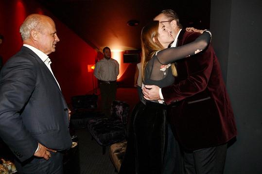 Klára Vytisková se zdraví s hlavním aktérem večera.