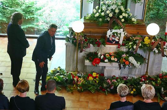 Krátce před začátkem obřadu přinesl Glazarovi kytičku a poklonil se.
