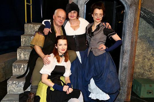 Marika se svou divadelní rodinkou