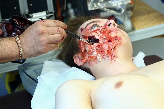 Tvář chlapce, kterého podle scénáře napadnul pes.