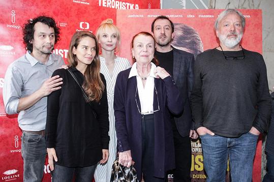 Herečka s režisérem (vpravo) a kolegy na tiskovce