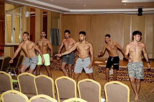 Finalisté při nácviku choreografie