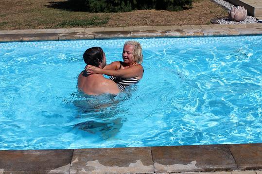 V bazénu dováděl s blonďatou kamarádkou.
