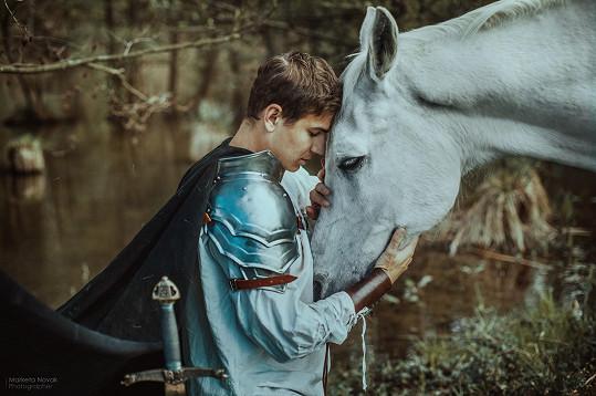 S krásným arabským koněm fotil pro dobrou věc.