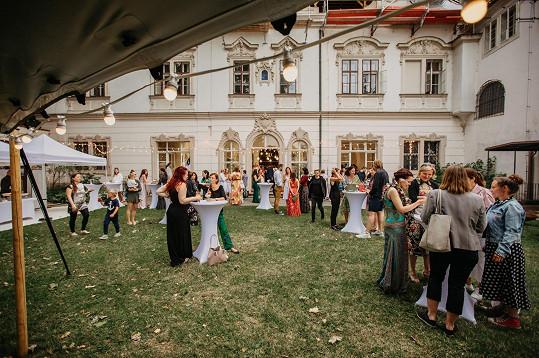 Párty se odehrávala na zahradě malostranského paláce.