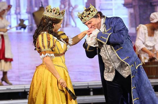 Pavel Trávníček a Dana Morávková jako král a královna v muzikálu Popelka