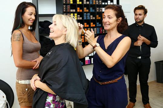 Veroniku si do parády vzala v salónu její dcery Agáty do parády i režisérka seriálu.