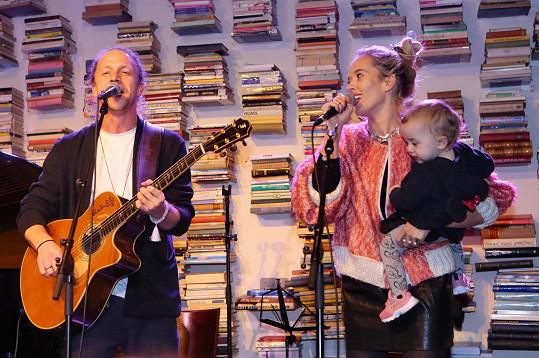 Nejmladší dcera Jenovéfa rodičům asistovala při jejich vystoupení.