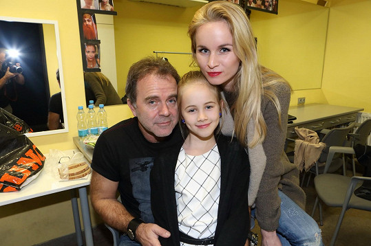 Jakub Smolík s dcerou a manželkou Petrou. Doma má ještě syna Kubu.