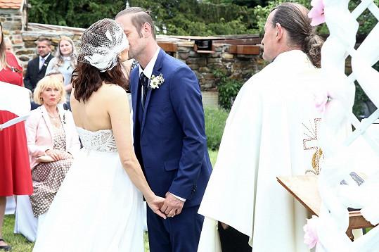 Zpočátku byla ze svatební scény rozpačitá.
