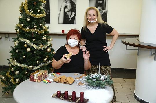 Spolu s kolegy z Divadla Broadway nazdobila vánoční perníčky. Na snímku s Lindou Finkovou.
