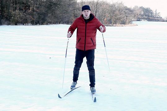 Zimu si vychutnává i na běžkách.