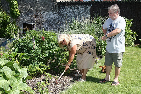 Manželka se stará o zahradu.