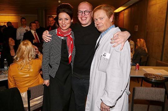 Filip se chtěl vyfotit s tatínkem a jeho kolegyní Adélou Gondíkovou, kteří na scéně vytvořili ústřední dvojici.