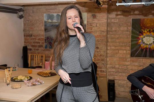 Vnučka Blanky Bohdanové Alžběta na vernisáži zazpívala.