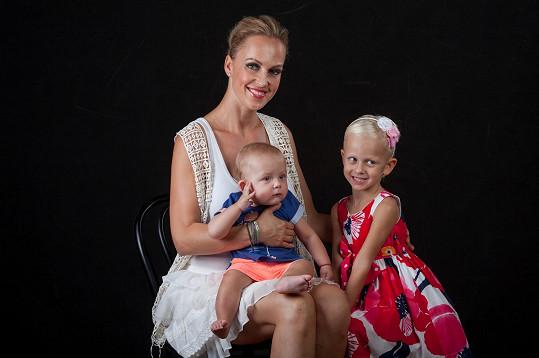 Obě děti jsou blonďaté po mamince.