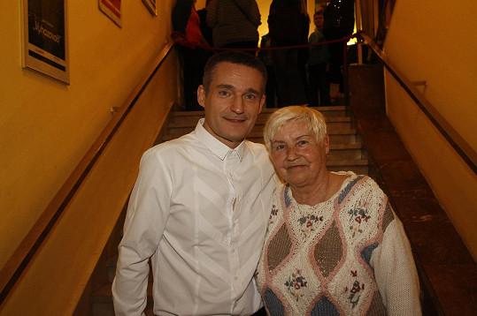 Také maminka na jeho show ráda zavítá.