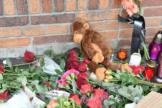 Lidé před vilou nechávají květiny, svíčky i dárky.