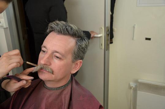 V seriálu Pouť: Rozjetý devadesátky si ho vzaly do parády v maskérně.