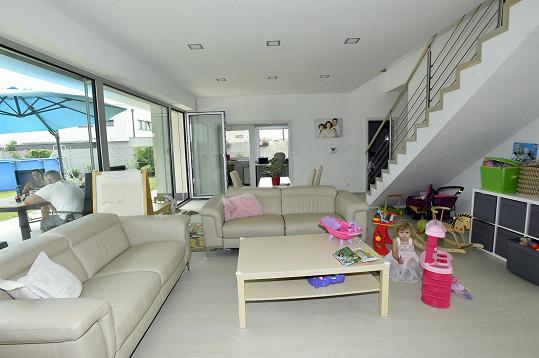 Kuchyně je propojená s prostorným obývacím pokojem.