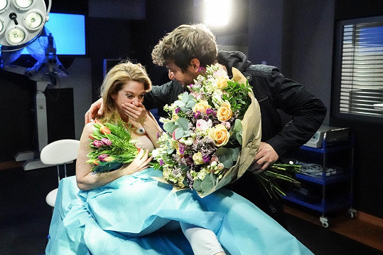 Sabina Laurinová s kolegou Markem Němcem po natočení poslední scény. Konec v Sestřičkách oplakala.