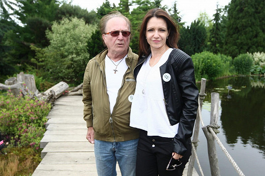 Petr s manželkou Alicí na zahradním banketu pořádaném u příležitosti slavnostního otevření Stezky osobností