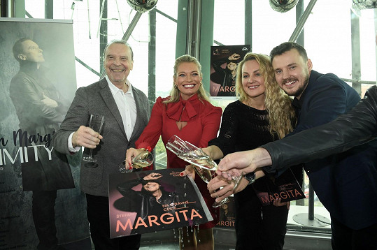 Pokřtila ji Lucie Borhyová, autor písní Michal Kindl a cellistka Iris Moris, s níž vystupuje na probíhajícím turné.