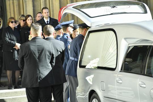 Zpěvákovy ostatky převezl pohřební vůz ke zpopelnění do pražského motolského krematoria.