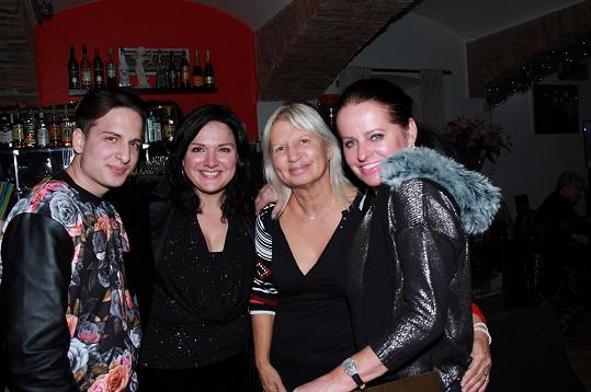 Šárka Rezková si večírek užila i se synem Filipem a kamarádkami, doktorkou Ivanou Němečkovou a Adrienou Sobotovou.