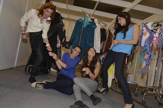 Herečky z legrace přivázaly modelky ke štendru.