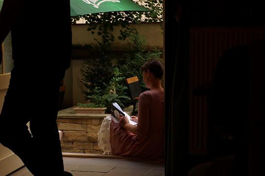 Lenka Vlasáková se po křtu pustila do čtení knihy.