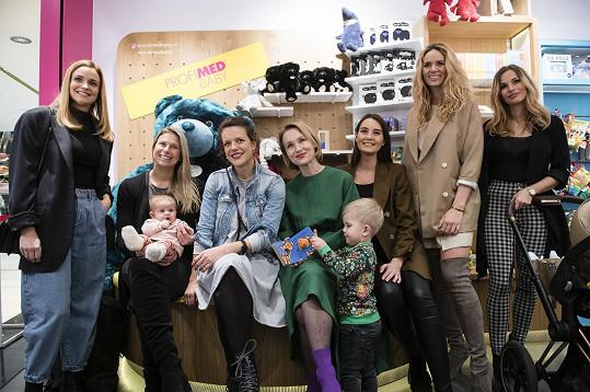Na otevření obchodu s produkty pro děti se potkala i s dalšími maminkami, například (zleva) s Terezou Juščíkovou, tenistkou Andreou Sestini Hlaváčkovou, Vlastinou Svátkovou, Kristýnou Schickovou, Nikol Moravcovou a Petrou Svobodou.