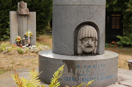 Hrob Zdeňky Baldové a jejího manžela Karla Hugo Hilara na Vinohradském hřbitově v Praze. Kousek od nich odpočívá Jiří Grossmann.
