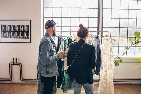 Mezi hosty na oslavě udržitelné kolekce H&M Conscious exclusive jsme mohli vidět kromě zástupců médií či módních stylistů a milovníků udržitelné módy i známé tváře českého šoubyznysu. Podívat se přišla i Klára Vytisková s manželem.