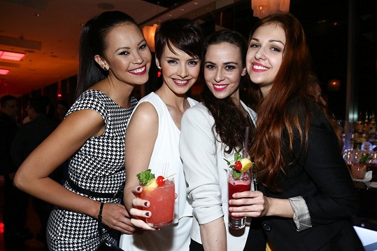 Vítězky České Miss 2013 k sobě přijaly Terezu Skoumalovou z následujícího ročníku.