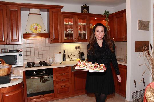Edita v kuchyni, kterou si nechala před lety zrekonstruovat podle svých představ.