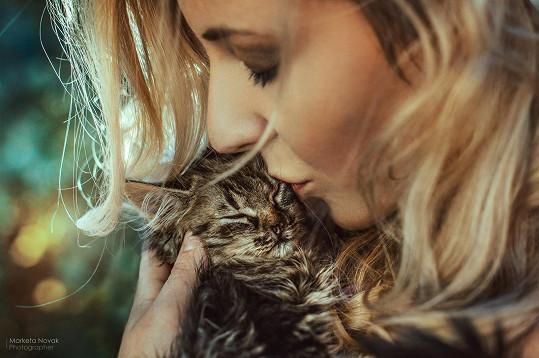 Zpěvačka si práci se zachráněným kotětem užívala.