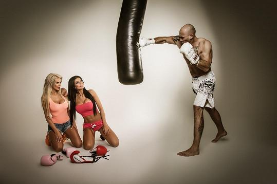 Zugarová s kamarádkou na fotce s mistrem světa v thaiboxu