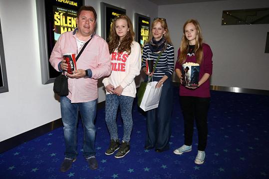 Společně všichni vyrazili do kina.
