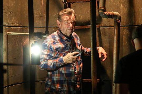 V seriálu čistil studnu.