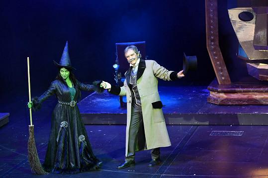 Pepa v GoJa Music Hall zpívá v muzikálu Čarodějka roli čaroděje ze země Oz, otce zelené Elphaby (na fotce v podání Elis Ochmanové).