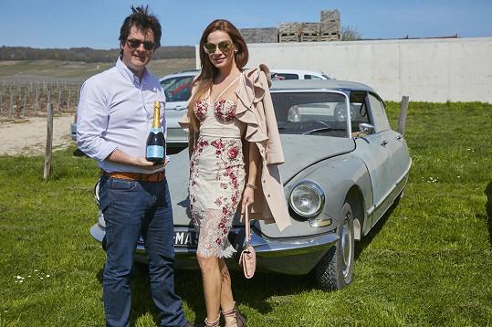Jeden z vinařů se modelce pochlubil nejen svým šampaňským, ale i veteránem, citroenem, kterým jezdil Fantomas.