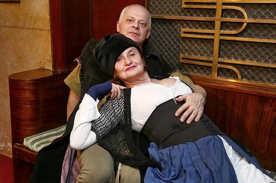 Stejně jako v Poprasku na laguně si s Kleplem Eva Holubová zahraje ve hře Rodiče na Jadranu.
