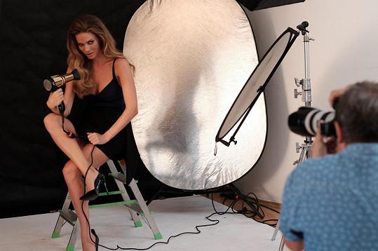 Andrea během focení kampaně se zlatým fénem