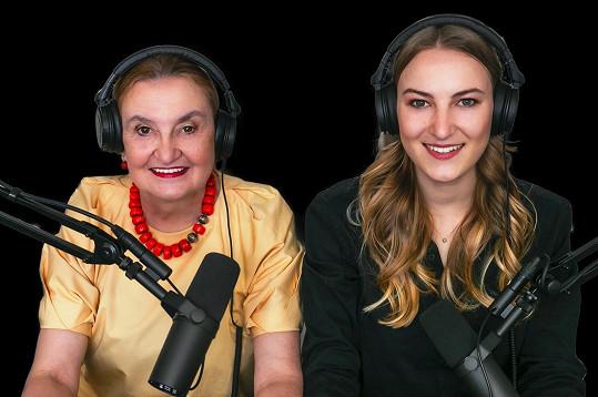 Eva Holubová a Karolína Holubová během natáčení podcastu Menopauza není pauza