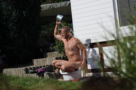 Zvěřina se koupe na zahradě. Odpojili mu kromě elektřiny i vodu?