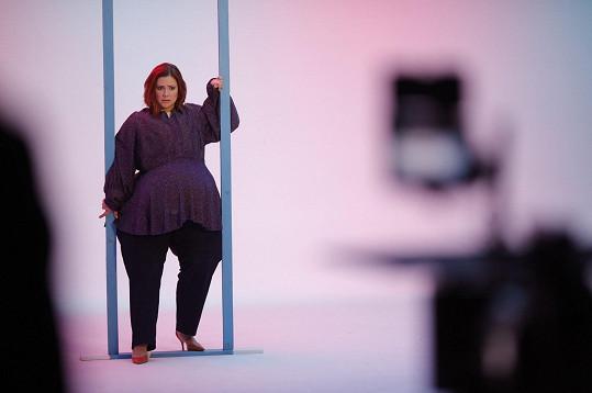 Ivana Korolová natočila nový klip V tom.