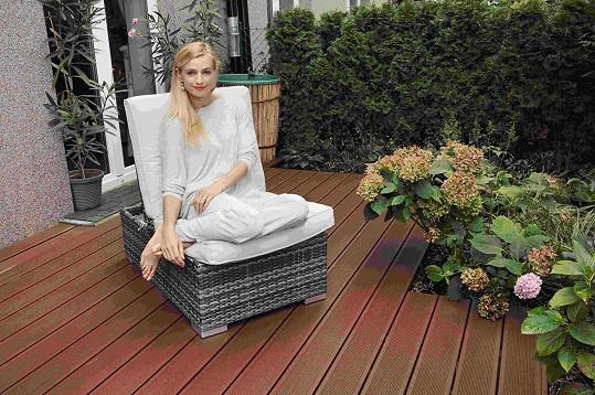 Na terase občas cvičí i jógu.